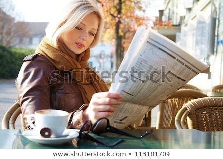 Zakenvrouw lezing krant buiten vrouw stad Stockfoto © IS2