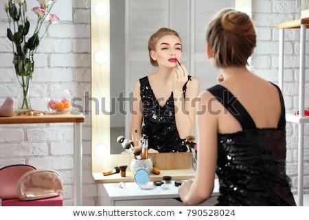 Femeie machiaj ruj femeie frumoasa pat Imagine de stoc © Kzenon