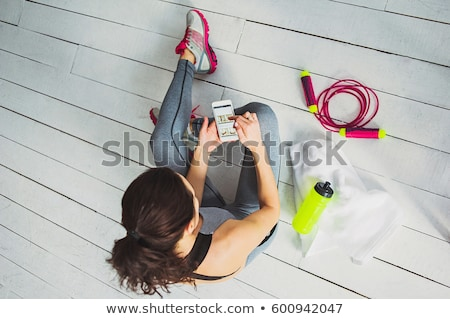 jonge · vrouw · smart · horloge · aanraken - stockfoto © deandrobot