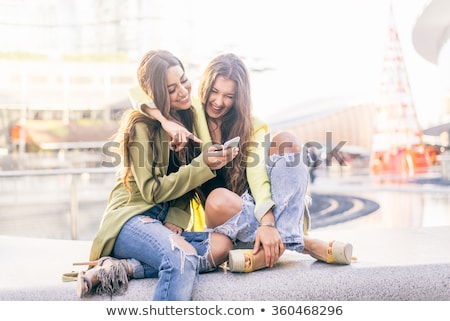 Boldog tini barátok okostelefonok kint technológia Stock fotó © dolgachov