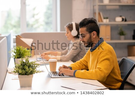 Concentrado jóvenes árabe gerente barba sesión Foto stock © pressmaster