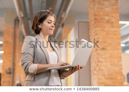 Conteúdo empresária on-line arquivo bem sucedido jovem Foto stock © pressmaster