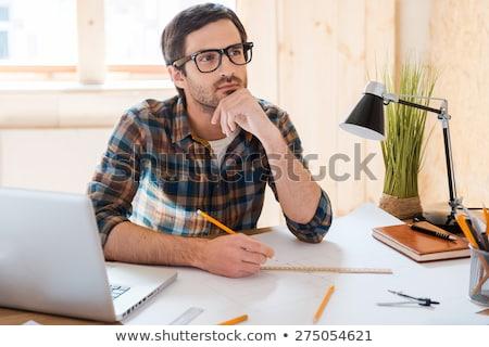 Pensando hombre mano barbilla mirando atrás Foto stock © stevanovicigor