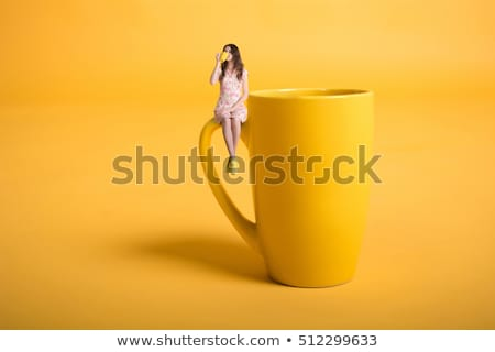 jonge · vrouw · denken · thee · mok · vergadering - stockfoto © deandrobot