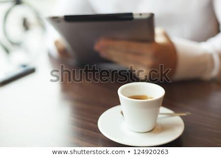 man · mobiele · telefoon · cake · beker · lage · tafel · cafetaria - stockfoto © adamr