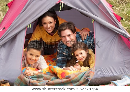 Foto stock: Jovem · família · relaxante · dentro · tenda · camping