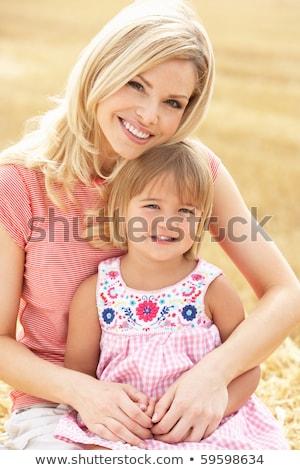 Moeder dochter vergadering hooi leuk holding handen Stockfoto © IS2
