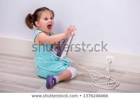 Meisje schreeuwen aanraken hot ijzer cute Stockfoto © AndreyPopov