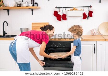 Weinig jongen schort helpen moeder dienblad Stockfoto © pressmaster