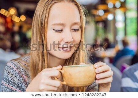 Genç kadın içme ev yapımı Hint tatlı çay Stok fotoğraf © galitskaya