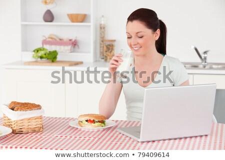 格好良い · 女性 · 食べ · サンドイッチ · ランチ · キッチン - ストックフォト © wavebreak_media