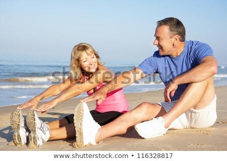 Boldog pár lábujjak felfelé ül homok Stock fotó © Paha_L