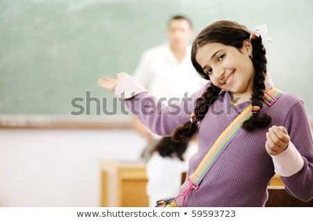 aanbiddelijk · meisje · glimlachend · school · klas · achter - stockfoto © zurijeta