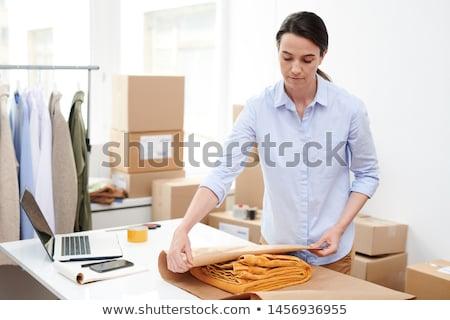 Jonge manager online winkel gevouwen Stockfoto © pressmaster