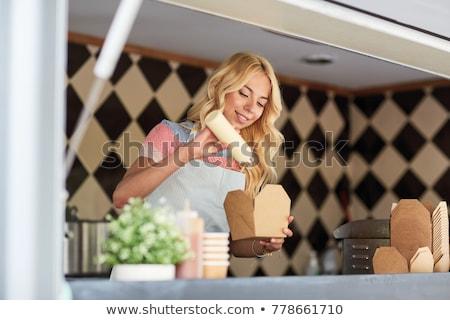 Gelukkig verkoopster wok voedsel vrachtwagen Stockfoto © dolgachov