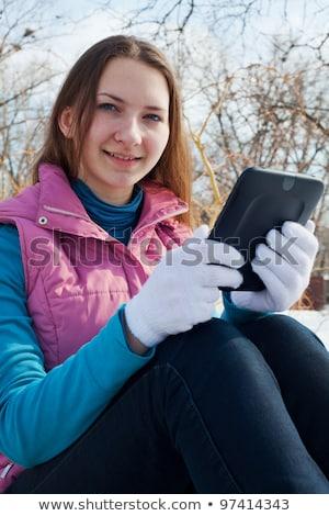 Tienermeisje lezing ebook buitenshuis winter tijd Stockfoto © AndreyKr
