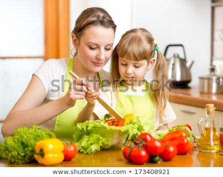 Photo stock: Mère · fille · salade · ensemble · fille