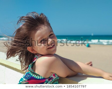 Adorable fille détente plage tropicale promenade sourire Photo stock © dash