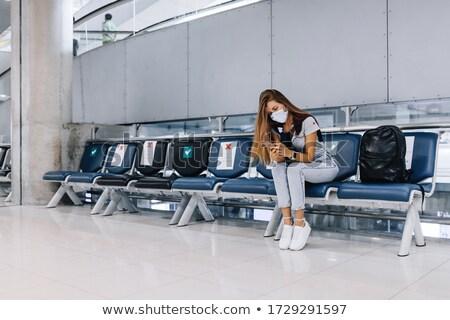 Mulher jovem aeroporto óculos sessão sala de espera leitura Foto stock © acidgrey