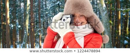 Stockfoto: Gelukkig · vrouw · film · camera · winter · bos