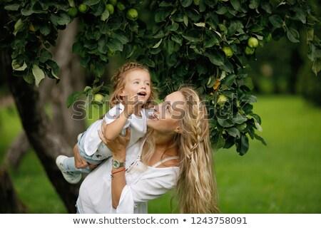 Foto stock: Pai · jogar · filha · apple · tree · jogar · criança