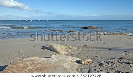 Strand laag getij rotsen oceaan blauwe hemel Stockfoto © xedos45