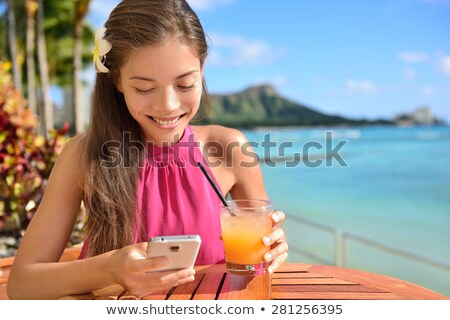 Okostelefon nő okostelefon app tengerpart Waikiki Stock fotó © Maridav