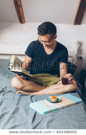 Сток-фото: красивый · мужчина · еды · завтрак · чтение · книга · домой