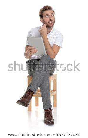 sentado · jóvenes · casual · hombre · tableta - foto stock © feedough
