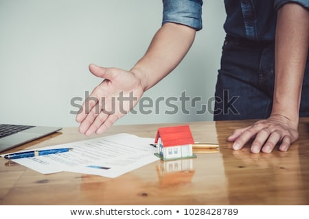 makelaar · handen · schudden · klant · contract · handtekening · geslaagd - stockfoto © freedomz
