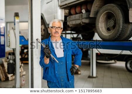 Ernstig man werkkleding permanente workshop camera Stockfoto © pressmaster
