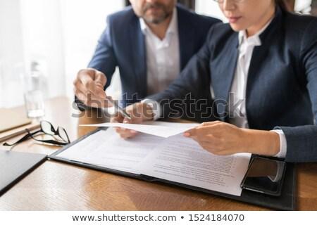 Tijdgenoot zakenman wijzend papier lezen jonge Stockfoto © pressmaster