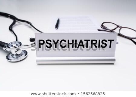 精神科医 仕事 タイトル デスク 眼鏡 聴診器 ストックフォト © AndreyPopov