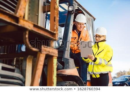 Foto stock: Trabalhador · olhando · tarefa · lista