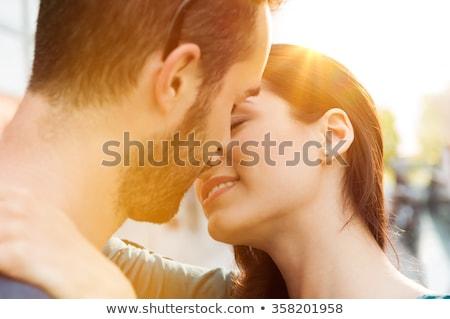 Shot vriendje vriendin stand omarmen kus Stockfoto © vkstudio