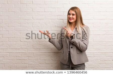 женщину · что-то · мнимый · рук · улыбающаяся · женщина - Сток-фото © evgenyatamanenko