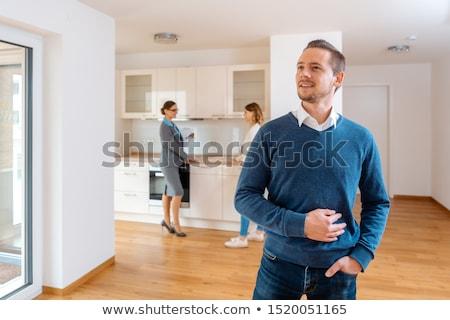 Człowiek zadowolony nowego apartamentu kupić pośrednik w sprzedaży nieruchomości Zdjęcia stock © Kzenon