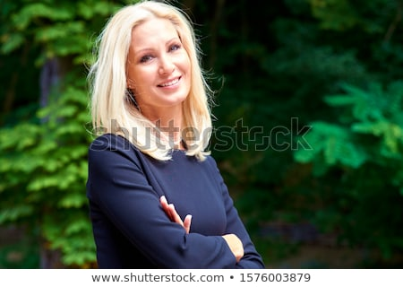 blond · femme · posant · toit · bâtiments · fête - photo stock © nejron
