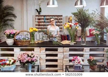 mujer · sonriente · florista · pie · ramo - foto stock © monkey_business