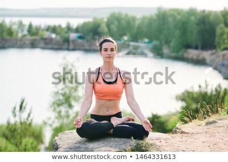 Ernstig jonge vrouw gericht geest vergadering benen Stockfoto © pressmaster
