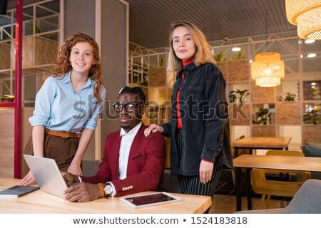 Pequeño grupo jóvenes exitoso mirando de trabajo Foto stock © pressmaster