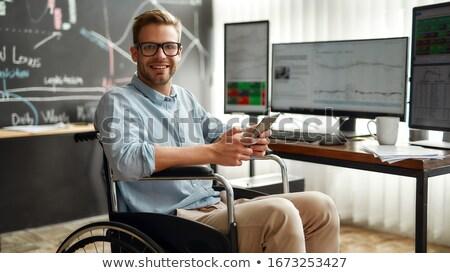 Młodych finansowych analityk smartphone wykresy Zdjęcia stock © pressmaster