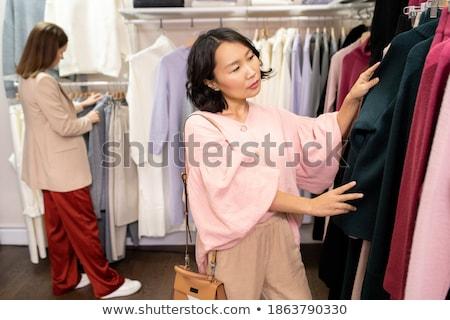 Jonge vrouwelijke permanente een afdeling naar Stockfoto © pressmaster