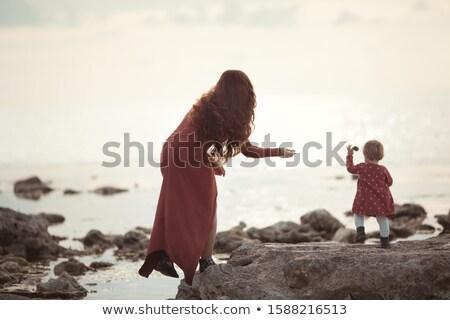 Vrouw steen jonge vrouw gelukkig zomer Stockfoto © ruigsantos