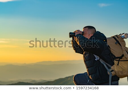 Kirándulás férfi néz gyönyörű hegyek inspiráló Stock fotó © blasbike