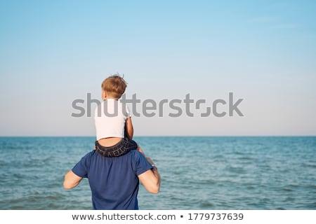 férfi · guggol · tengerpart · boldog · tenger · óceán - stock fotó © is2