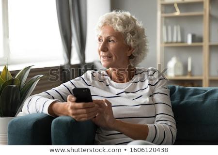 Foto stock: Senior · mulher · celular · segurança · cadeia · porta · de · entrada