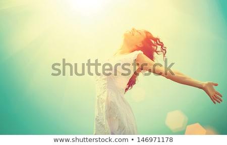 szabad · boldog · nő · naplemente · gyönyörű · fehér - stock fotó © hasloo