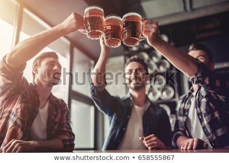 Knap mannen vrienden drinken bier afbeelding Stockfoto © deandrobot