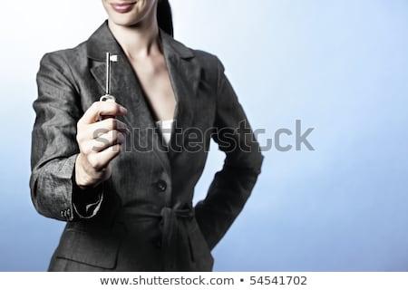 zakenvrouw · sleutel · glimlachende · vrouw · iets · hand - stockfoto © lichtmeister